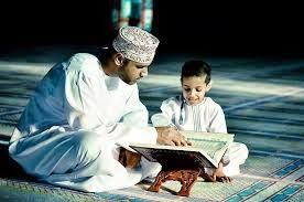 anak muslim laki-laki membaca alqur'an