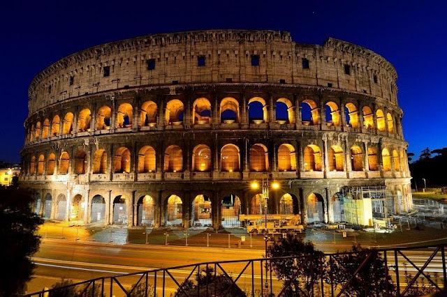 Coliseu de Roma iluminado de noite