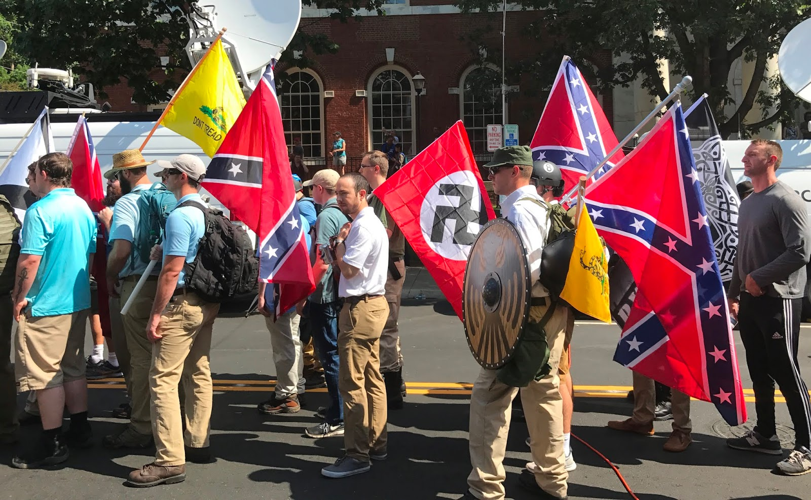 30f2514fc6b1 Rechte Demo-Teilnehmer, die die Kriegsflagge der Konföderierten, die  Gadsden flag und die Hakenkreuzflagge mit sich führen.