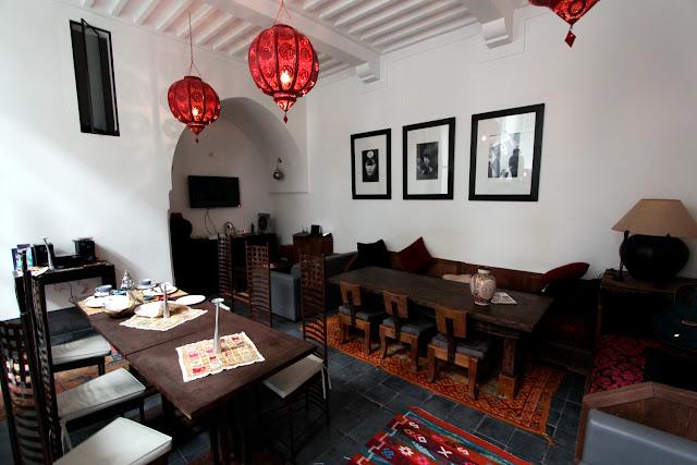 Salón-comedor del riad Dar Nakous en Marrakech