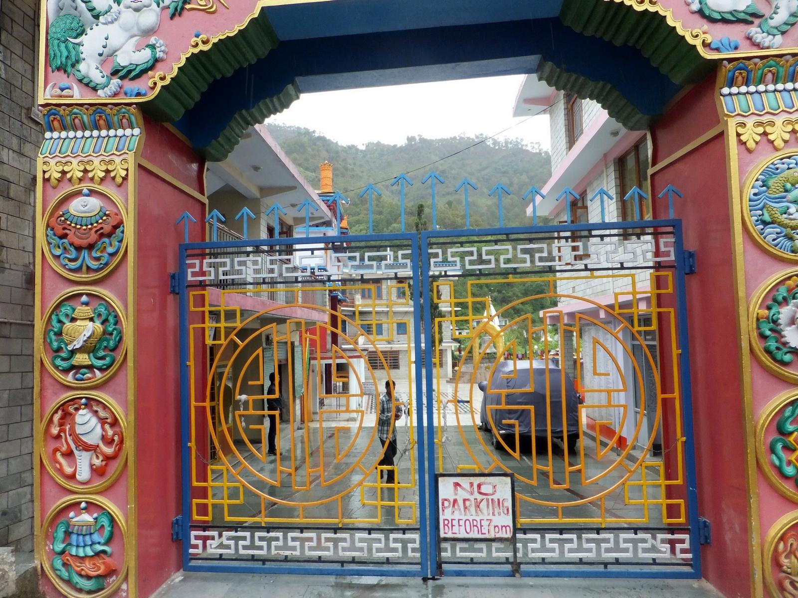 ворота тибетского монастыря в Ревалсаре