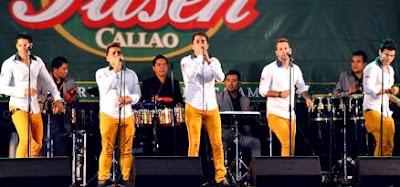 Foto de la Orquesta Candela cantando en el escenario