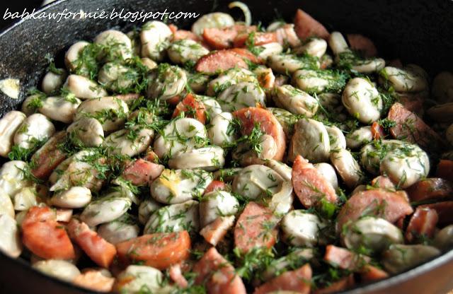 bób po wiejsku z cebulą, boczkiem i kiełbasą babkawformie.blogspot.com