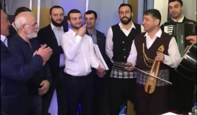Με Ποντιακή λύρα και χορό γιόρτασε τα 60 χρόνια του ο Ιβάν Σαββίδης (Video)