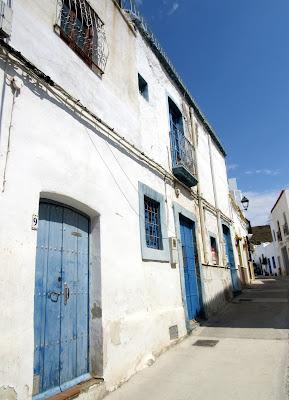 Fachadas blancas y puerta azul. Pueblos blancos. Níjar