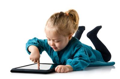 tablet kullanan cocuk