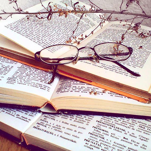 Livros, óculos e gálho, tumblr