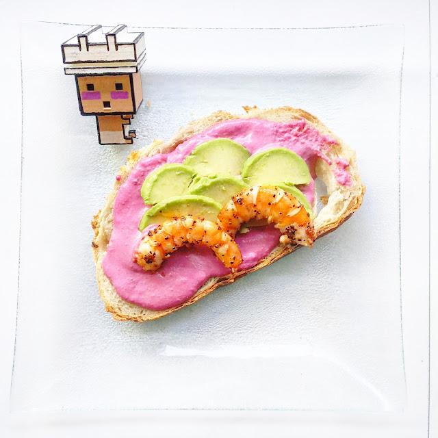 tostada de humus rosa con aguacate y langostinos