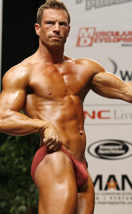 Namgi garls erection in bodybuilding contest guy