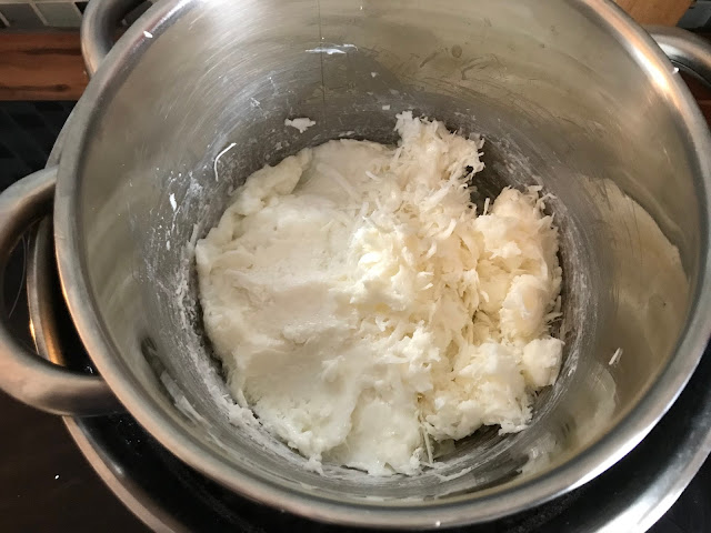 Seife selber machen aus Kernseife - Seifenspäne im Wasserbad schmelzen