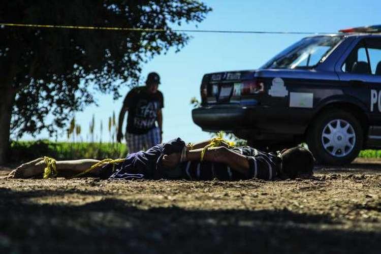 Fotografías LAS VÍCTIMAS ESTABAN ATADAS DE PIES Y MANOS, CON IMPACTOS DE BALA Violencia no cesa en Sinaloa; hallan 3 ejecutados