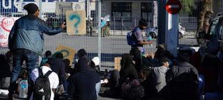 Flüchtlinge blockieren den griechischen Hafen