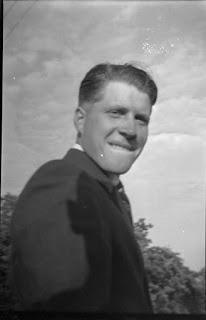 Foto von jungem Burschen vor Wand - 1930-1950
