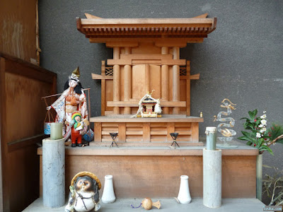 高津宮神棚に人形