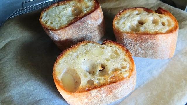 フランスパンをオーブントースターでこんがり焼く。