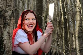 jovem segurando uma faca no meio da floresta