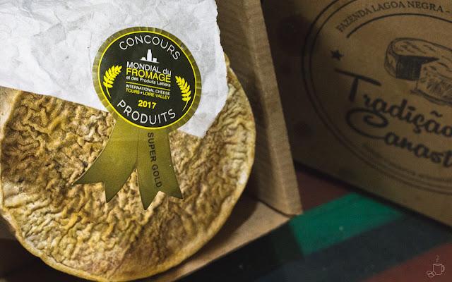 foto de um queijo mineiro da região do cerro, vencedor num concurso internacional de queijos, realizado na frança