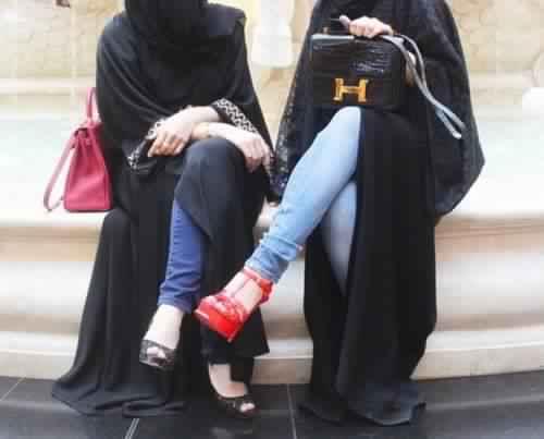 تعرفي كيف تتألقي بالحجاب إذا كنت من عشاق الأسود