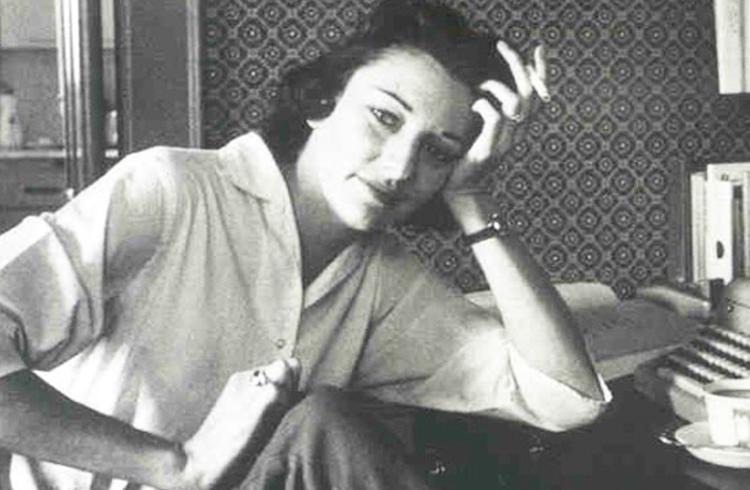 Foto de Anne Sexton em preto e branco, apoiando o braço em uma mesa