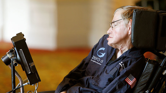 Subastan la silla de ruedas, tesis y otras obras de Stephen Hawking