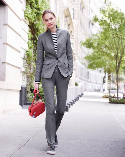 Серый костюм с тельняшкой и красной сумкой
