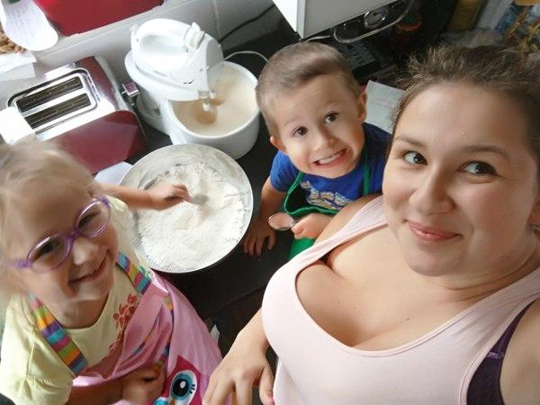 wspólne pieczenie ciasta z dziećmi