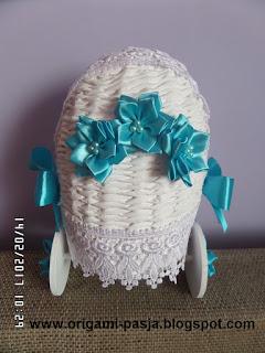 Wózek wiklina papierowa dodatki niebieskie z okazji narodzin maluszka.