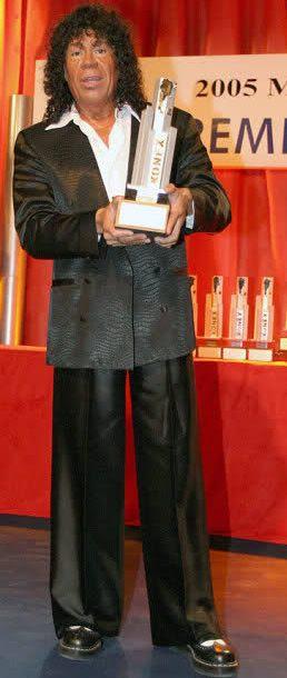Foto de La Mona Jiménez con premio