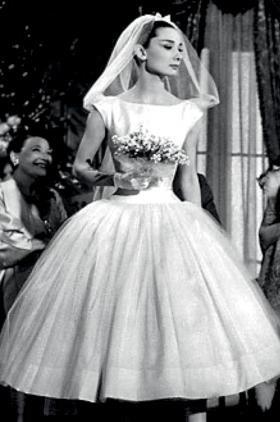 725ced093b45 Το απαράμιλλο στυλ της, το οποίο την καθιέρωσε ως το απόλυτο fashion icon,  την ακολούθησε και στην επιλογή του νυφικού της: 70's, λευκό και άκρως  θηλυκό.