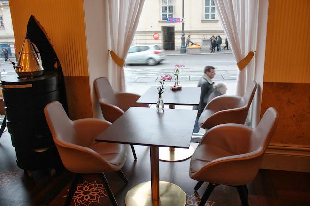 Frühstücken mit Blick auf die Burggasse in Wien © Copyright Monika Fuchs, TravelWorldOnline