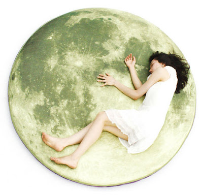 Cojín fluorescente en forma de luna.