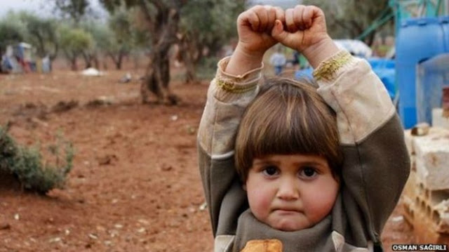 Foto Gadis Cilik Di Suriah Yang Angkat Tangan Ini Membuat Netizen Bersedih, Ini Alasannya