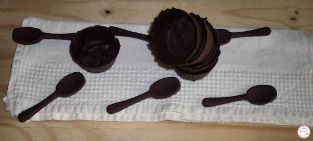 mousse de frutos vermelhos com caixa e colher de chocolate