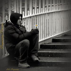 hombre solo caminando triste