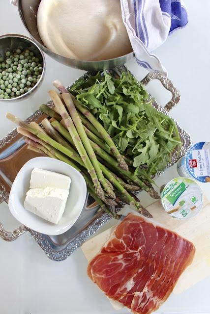 Flammkuchen mit grünem Spargel, Rucola und Parmaschinken