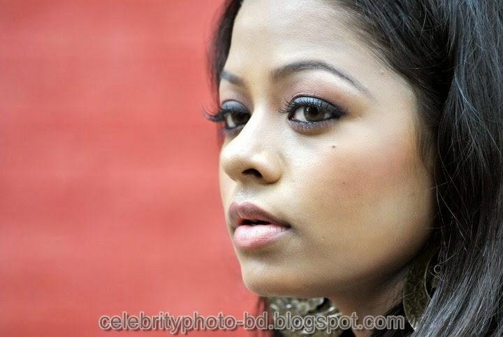 Sexy Girl's Anjelika Rahman Latest Hot Photos In Salowar And Saree