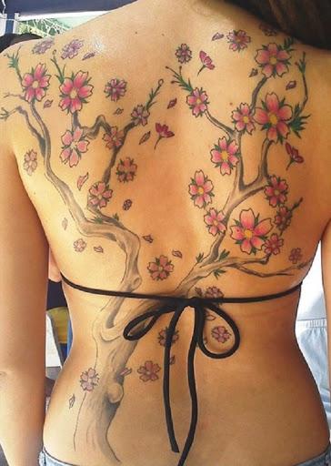 A flor de cerejeira tatuagem nas costas. Qual a melhor maneira para ressaltar que incrível olhar de flor de cerejeira da tatuagem do que ter fechou em toda a sua glória na parte de trás. (Foto: Fontes de imagem)