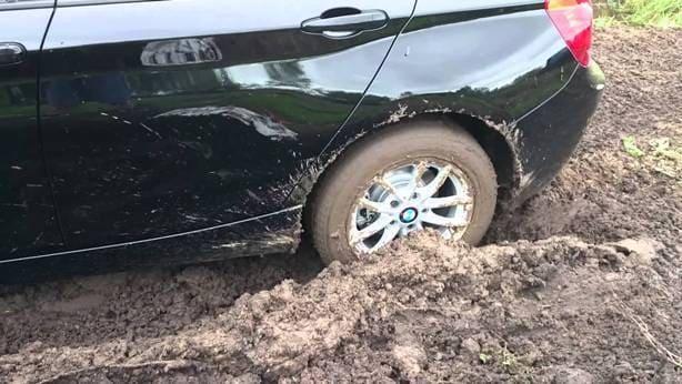 mobil terjebak lumpur