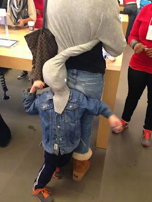 Niño con mascara de luchador usando el suéter de mampa