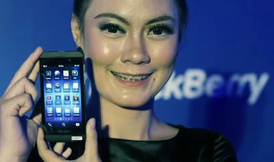 El BlackBerry Z10 fue lanzado en el Ritz Carlton en Yakarta el día de hoy y estará disponible en todas las localidades de en todo el país a partir de la próxima semana. Esté dispositivo estará disponible en negro y blanco, el Z10 tiene un costo de 6.999 millones de rupias y comenzará su venta el 15 de marzo. Hastings Singh, director general de BlackBerry para el sur de Asia, dijo en la presentación el lunes que BlackBerry 10 fue un nuevo comienzo para la empresa. En cuanto al sistema operativo rediseñado, Hastings dijo que fue construido desde cero para