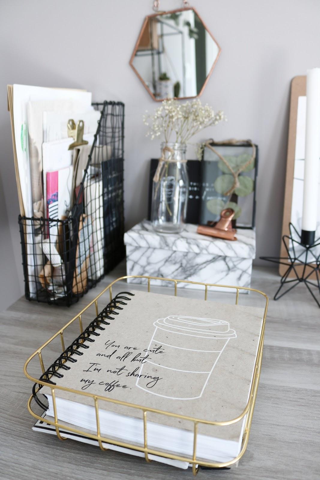 bureau palette bois bureau ralis partir duune palette en bois with bureau palette bois. Black Bedroom Furniture Sets. Home Design Ideas