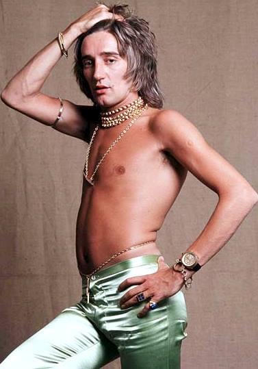 Foto de Rod Stewart con el torso descubierto