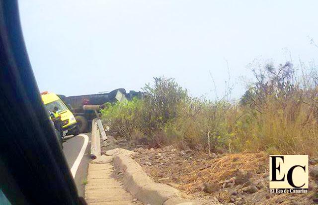 aparatoso vuelco de camión de basura en San José del Álamo