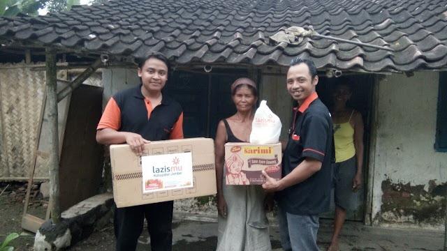 Penyaluran donasi dari donatur Lazismu Jember