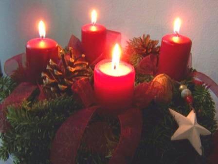Das Bild zeigt einen Adventskranz zur Weihnachtszeit