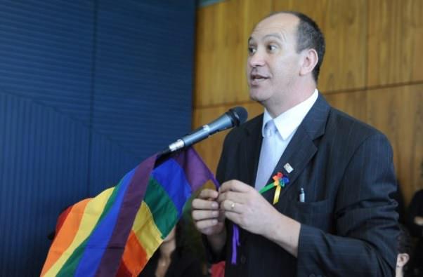 """Em protesto, militante LGBT entra com pedido de aposentadoria por """"doença gay"""""""