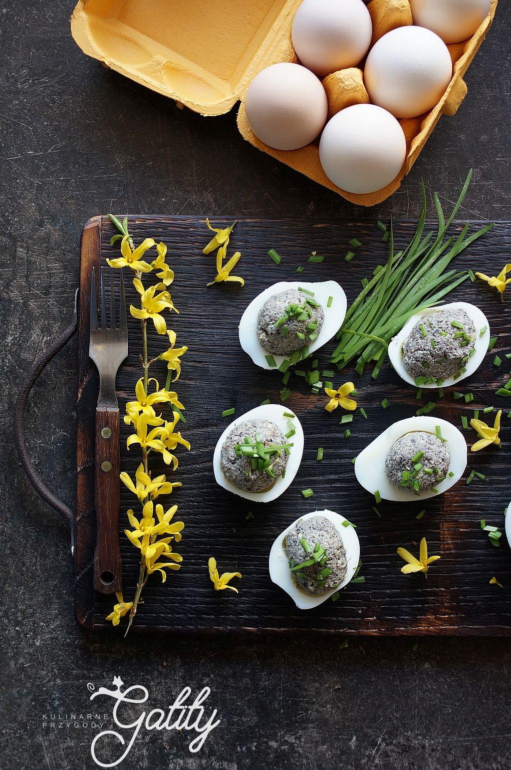 ugotowane-jajka-na-drewnianej-desce
