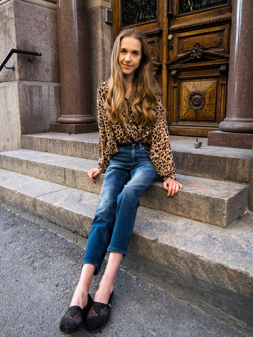 outfit-inspiration-leopard-print-top-and-mom-jeans