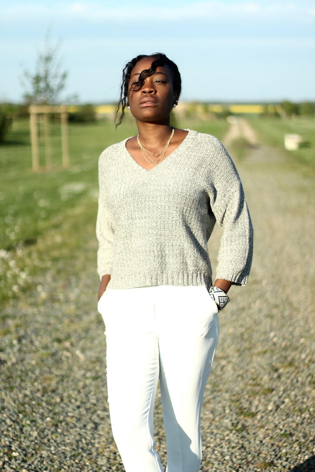pull gris avec pantalon blanc