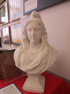 La Marianne à l'école portant la date du 4 septembre 1870 (proclamation de la Troisième République par Gambetta)